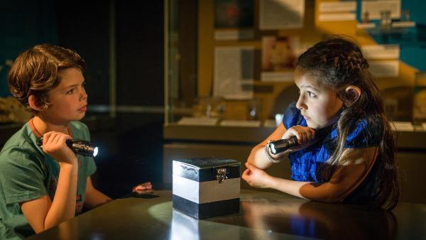 Nachts allein im Museum – und Timo (Malon Stahlhuth) und Jale (Ava Sophie Richter) trauen sich nicht, die mysteriöse Kiste zu öffnen.   Rechte: NDR/Boris Laewen