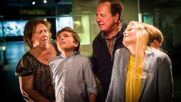 Ganz anders als geplant: Ramin (Jann Piet, 2. v.l.) und Stella (Zoë Malia Moon) werden von zwei Einbrechern (Thomas Kügel, rechts, und Regine Hentschel) überwältigt.   Rechte: NDR/Boris Laewen