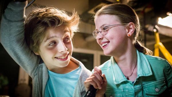 Happy! Till (Otto von Grevenmoor) und Pinja (Sina Michel) haben im Präparationsraum ihre Freunde wiedergefunden.   Rechte: NDR/Boris Laewen