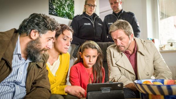 Jale (Ava Sophie Richter, Mitte) hat Beweise gesammelt, die das Ehepaar Kelmendi (Kida Ramadan, Neshe Demir, links) entlasten.   Rechte: NDR/Boris Laewen