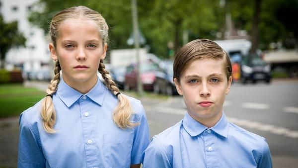 """Als brave """"Nationale Demokraten"""" verkleidet, interviewen Stella (Zoë Malia Moon) und Till (Otto von Grevenmoor) die Nachbarn der Asylbewerberfamilie Kelmendi.   Rechte: NDR/Boris Laewen"""