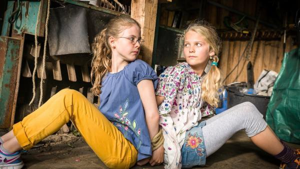 Pinja (Sina Michel) und Stella (Zoë Malia Moon) sind im Schuppen gefesselt, und weit und breit ist keine Hilfe in Sicht. | Rechte: NDR/Boris Laewen