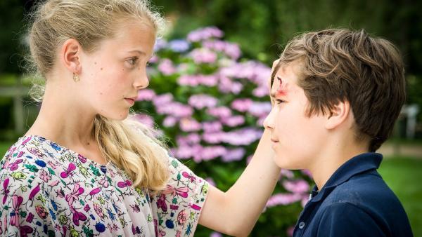 Stella (Zoë Malia Moon) macht sich große Sorgen um ihren verletzten Freund Ramin (Jann Piet). | Rechte: NDR/Boris Laewen