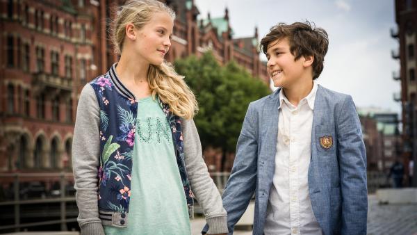 Für Stella (Zoë Malia Moon) geht ein Traum in Erfüllung: Hand in Hand mit Ramin (Jann Piet).   | Rechte: NDR/Boris Laewen