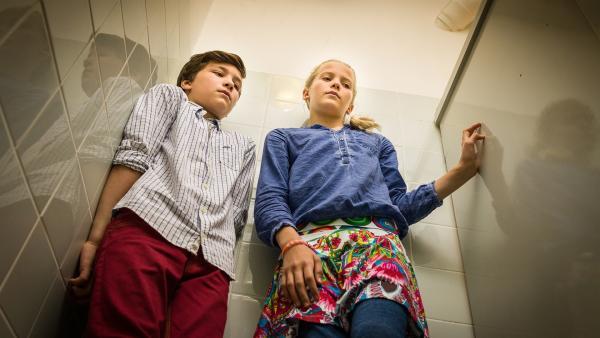 Ramin (Jann Piet) und Stella (Zoë Malia Moon) müssen sich auf der Damentoilette des Krankenhauses verstecken... | Rechte: NDR/Boris Laewen
