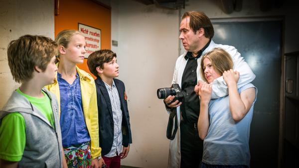 Till (Otto von Grevenmoor, links), Stella (Zoë Malia Moon) und Ramin (Jann Piet) versuchen, Justus Tanner (Albrecht Ganskopf) in eine Falle zu locken; doch der hat Pinja (Sina Michel, rechts) schon in seiner Gewalt.    | Rechte: NDR/Boris Laewen