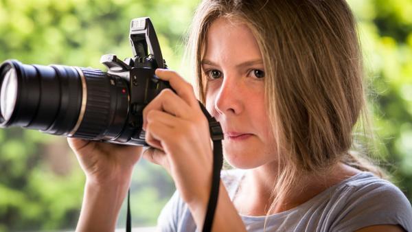 Pinja (Sina Michel) wartet auf den richtigen Moment, ihre Kamera einzusetzen.   Rechte: NDR/Boris Laewen