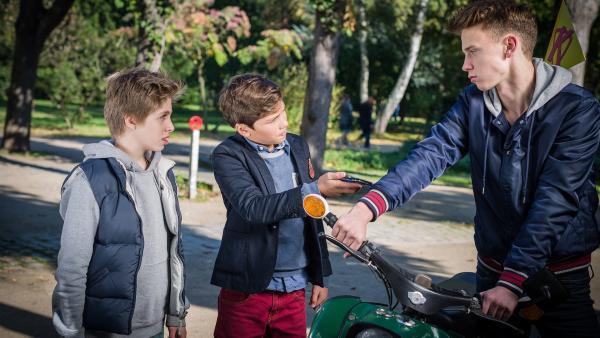 Till (Otto von Grevenmoor) und Ramin (Jann Piet) stellen Torben (Oskar Belton), den Sohn des Kioskbesitzers, zur Rede. | Rechte: NDR/Boris Laewen