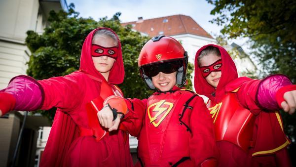 Im Kampf gegen das Böse kriegt der Rote Blitz (Lilly Barshy, Mitte)  Verstärkung von Stella (Zoë Malia Moon, links) und Pinja (Sina Michel) | Rechte: NDR/Boris Laewen