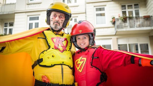 Jeden Tag eine gute Tat: Superhelden Klabauterman (Peter Rühring) und Roter Blitz (Lilly Barshy). | Rechte: NDR/Boris Laewen