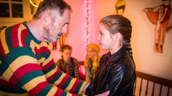 Der Schulhausmeister (Peter Rühring) und seine Enkelin (Lilly Barshy) überlegen gemeinsam mit den Pfefferkörnern, was mit der Beute geschehen soll. | Rechte: NDR/Boris Laewen