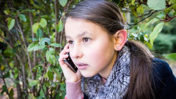 Jale (Ava Sophie Richter) verfolgt gespannt am Handy, ob Tills Plan aufgeht. | Rechte: NDR/Boris Laewen