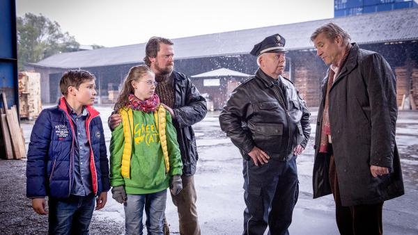 Adam Linde (Michael Kind, rechts) beschuldigt die Greencats des Hausfriedensbruchs. Jonne (Mathias Harrebye Brandt, 3. von links) steht fest hinter seiner Tochter Pinja (Sina Michel) und ihrem Freund Ramin (Jann Piet, links). | Rechte: NDR/Boris Laewen