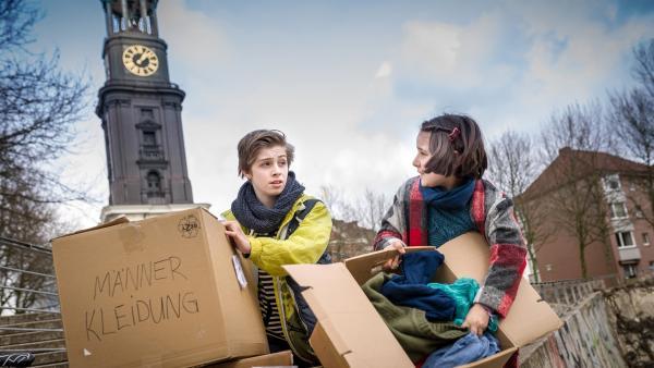 Till (Otto von Grevenmoor) und Jale (Ava Sophie Richter) sortieren Kleidung für Flüchtlinge. | Rechte: NDR/Boris Laewen