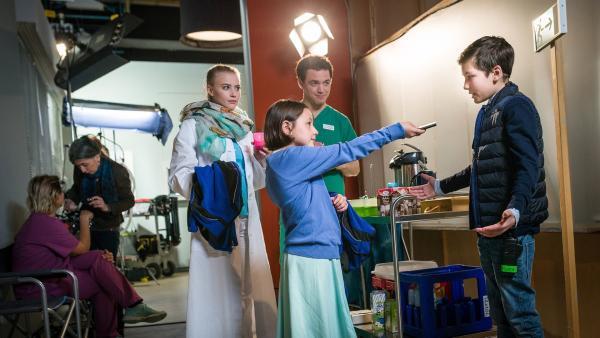 Jale (Ava Sophie Richter) und Ramin (Jann Piet) sind am Filmset einer Krankenhausserie.   Rechte: NDR/Boris Laewen
