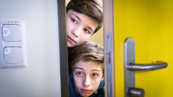 Ramin (Jann Piet) und Till (Otto von Grevenmoor) liegen auf der Lauer. | Rechte: NDR/Boris Laewen