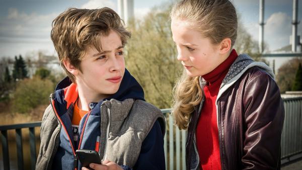 Till (Otto von Grevenmoor) und Stella (Zoe Malia Moon) sind dem vermissten Auto auf der Spur. | Rechte: NDR/Boris Laewen