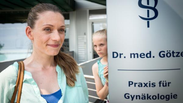 Was, um alles in der Welt, macht Katrin (Jodie Ahlborn, li.) in der Praxis von Dr. Götze? Stella (Zoe Malia Moon, re.) folgt ihr... | Rechte: NDR/Boris Laewen