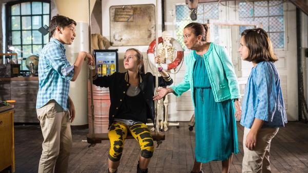 Mamanbozorg (Lilay Huser, 3. v.l.) gefällt nicht, was sie sieht: offenbar halten Ramin (Jann Piet, li.) und Jale (Ava Sophie Richter, re.) ein Mädchen (Antonia Büchel, 2. v.l.) gegen ihren Willen fest!   Rechte: NDR/Boris Laewen
