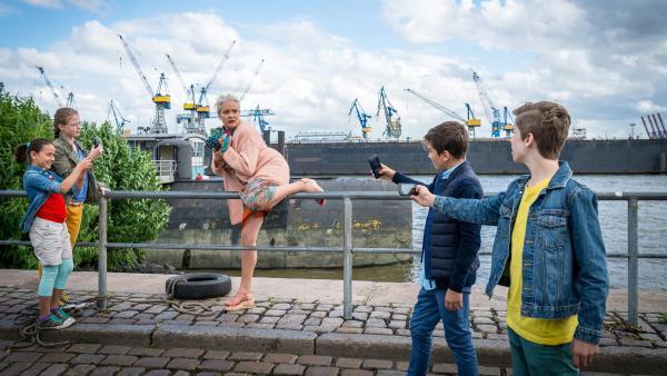 Ertappt! Astrid Dietz (Yvonne Hornack, Mitte) ist von Jale (Ava Sophie Richter), Pinja (Sina Michel), Ramin (Jann Piet) und Till (Otto von Grevenmoor) umzingelt. | Rechte: NDR/Boris Laewen