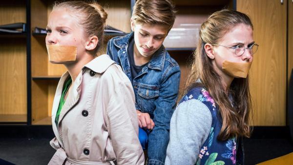 Till (Otto von Grevenmoor, Mitte) befreit Stella (Zoe Malia Moon, li.) und Pinja (Sina Michel, re.).   Rechte: NDR/Boris Laewen