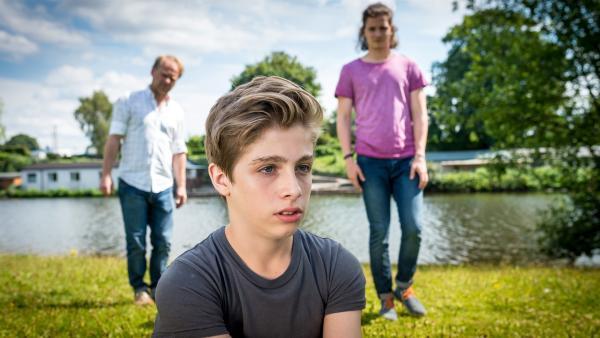 Till (Otto von Grevenmoor, Mitte) fühlt sich von seinem Vater (Rainer Strecker, li.) und Luke (Tilman Pörzgen, re.) hintergangen. | Rechte: NDR/Boris Laewen
