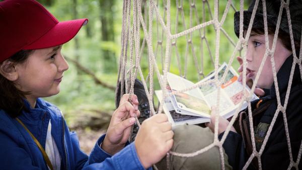 Timo (Malon Stahlhut, re.) ist in eine Netzfalle getreten – und behauptet weiterhin, im Wald gebe es Wolfsspuren. Jale (Ava Sophie Richter, li.) ist skeptisch. | Rechte: NDR/Boris Laewen
