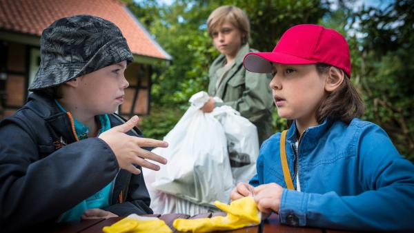 Timo (Malon Stahlhut, li.) und Jale (Ava Sophie Richter, re.) glauben, dass Jonas (Linas Mahncke, Mitte) möglicherweise mehr weiß, als er sagt. | Rechte: NDR/Boris Laewen