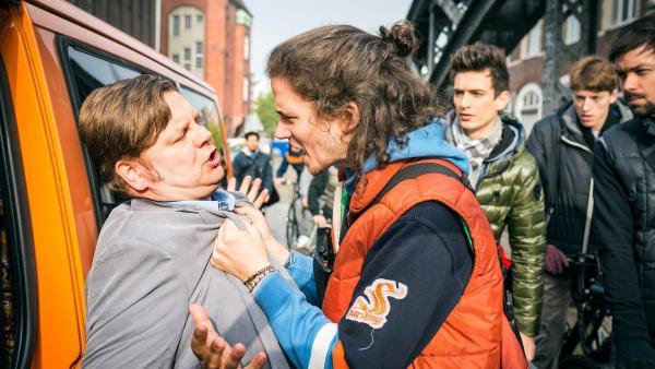 Luke (Tilman Pörzgen, re.) stoppt den Uni-Pförtner Jap (Matthias Buss, li.) auf seiner Flucht. | Rechte: NDR/Boris Laewen