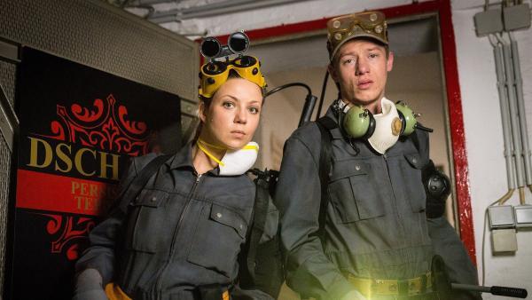 Die Kammerjäger Sanne (Katrin Ingendoh, li.) und Flo (Vincent Krüger, re.) verschaffen sich heimlich Zutritt zum Teppichkontor der Familie Dschami. | Rechte: NDR/Boris Laewen