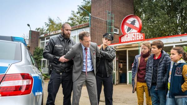 Pinja (Sina Michel, 3. v. r.), Ramin (Jann Piet, 2. v. r.) und Jale (Ava Sophie Richter, re.) haben's geschafft: Der fiese Geschäftsmann Lackmann (Oliver Sauer, 2. v. l.) wird festgenommen. | Rechte: NDR/Boris Laewen