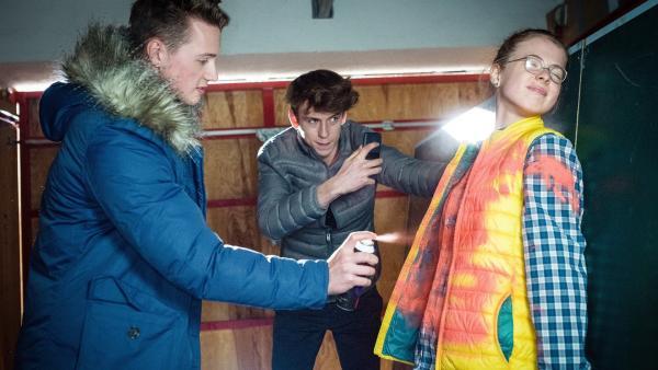 Julius (Felix Jordan, li.) und Philipp (Emil Belton, Mitte) versuchen, Pinja (Sina Michel, re.) zu einem Geständnis zu zwingen. | Rechte: NDR/Boris Laewen