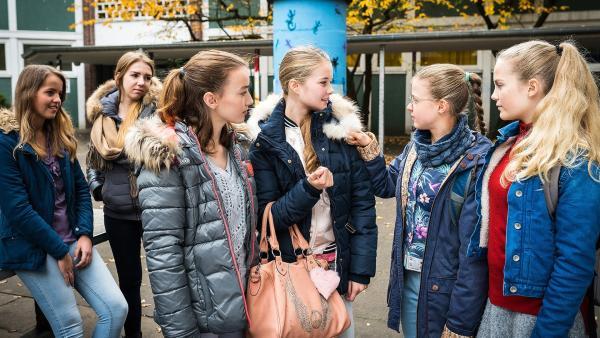 Angewidert begutachtet Pinja (Sina Michel, 2. v. r.) die neue Echtfelljacke ihrer Mitschülerin Joelle (Liva Stege). | Rechte: NDR/Boris Laewen
