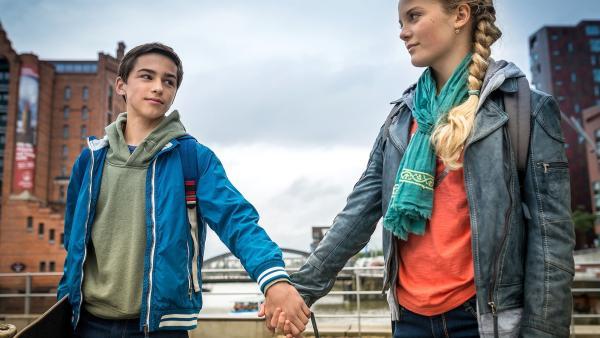 Dank Jacob (Levin du Hamél, re.) hat Stella (Zoe Malia Moon, li.) endlich die ersehnten Schmetterlinge im Bauch. | Rechte: NDR/Boris Laewen