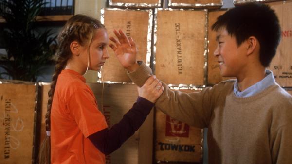 Bei einem Gerangel zwischen Vivi (Aglaja Brix) und Panda (Tim Patrick Chan) fallen ein paar Teekisten um und ein kostbares Teeservice kommt zum Vorschein. | Rechte: NDR/Baernd Fraatz