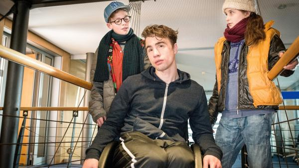 Benny (Ruben Storck, links) und Mia (Marleen Quentin, rechts) finden heraus, dass Jan (Joachim Foerster) nicht nur für die Security zuständig, sondern außerdem Julias Bruder ist. | Rechte: NDR/Boris Laewen