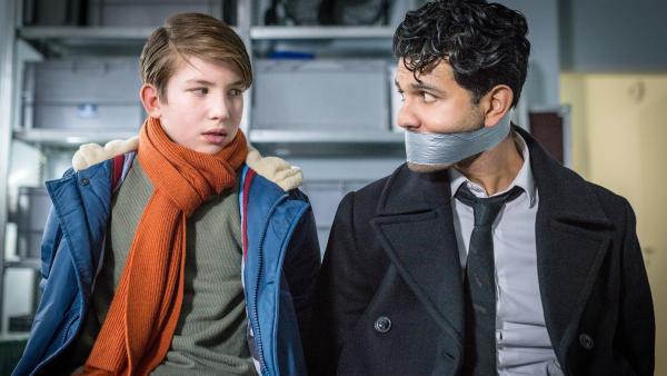 Gefangen und gefesselt: Johannes (Luke Matt Röntgen) kann seinem Bodyguard Hamit (Altamasch Noor) noch nicht helfen. | Rechte: NDR/Boris Laewen