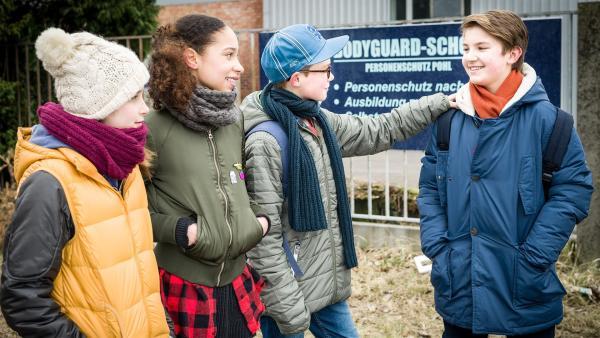 Pfefferkörner Mia (Marleen Quentin), Lisha (Emma Roth) und Benny (Ruben Storck) lassen Johannes (Luke Matt Röntgen) bei der Suche nach Hamit nicht im Stich. | Rechte: NDR/Boris Laewen