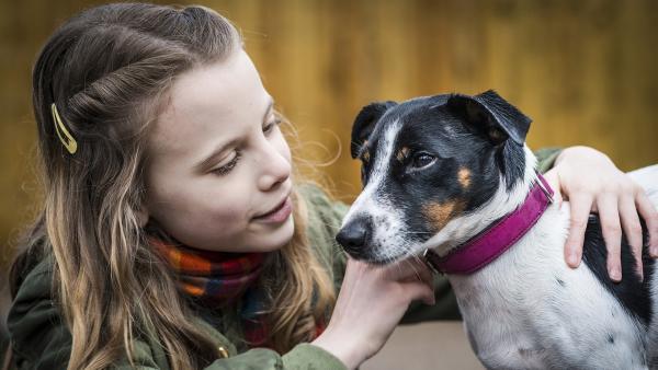Alice (Emilia Flint) ist schockverliebt in den kleinen Murphy und möchte ihn am liebsten behalten. | Rechte: NDR/Boris Laewen