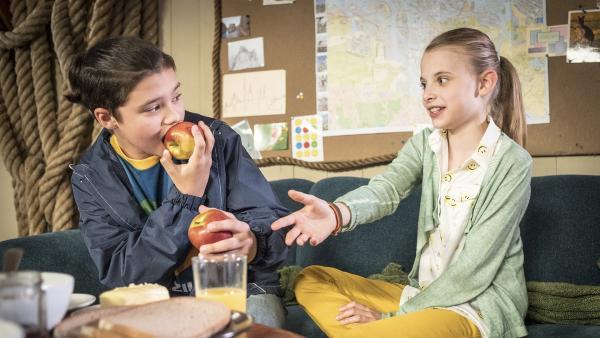 Zwei der Pfefferkörner besprechen sich bei leckeren Äpfeln. | Rechte: NDR/Boris Laewen