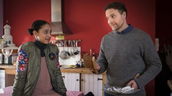 Überraschungsbesuch im Kanuverleih: Martin Schulzes (Janek Rieke) Tochter Lisha (Emma Roth, links) ist gekommen, um zu bleiben. | Rechte: NDR/Boris Laewen