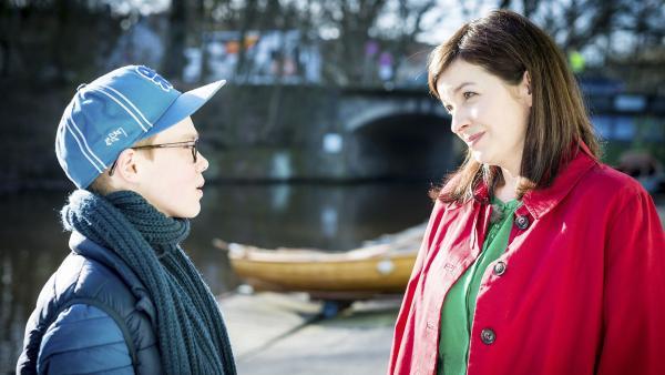 Benny (Ruben Storck) ist verunsichert und sauer, weil sich seine Mutter (Meike Kircher) ausgerechnet in seinen Klassenlehrer verliebt hat. | Rechte: NDR/Boris Laewen