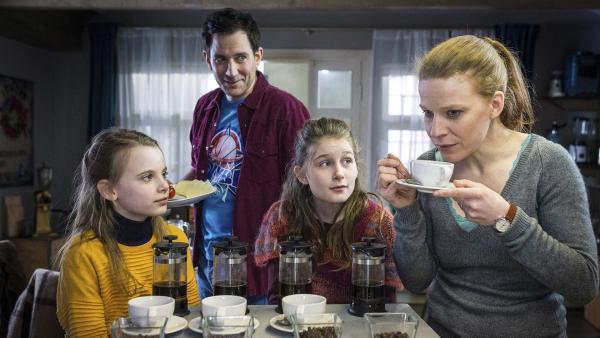 Maja (Annika Martens, rechts) probiert in der Kontor-Küche neue Kaffeesorten. Alice (Emilia Flint, links), Mia (Marleen Quentin) und Sam (Ole Eisfeld) schauen zu und staunen. | Rechte: NDR/Boris Laewen