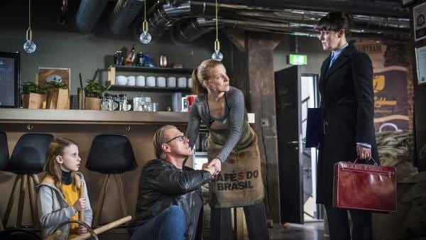 In Maja Goldmans (Annika Martens, 2. von rechts) Café ist soeben ein Gast (Norbert Heisterkamp) von einem angesägten Stuhl gefallen. Lebensmittelkontrolleurin Fuchs (Pia Fischer, rechts) gefällt das gar nicht und auch Alice (Emilia Flint, links) ist alarmiert. | Rechte: NDR/Boris Laewen
