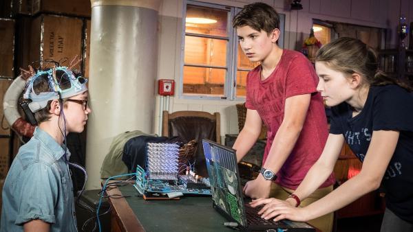 Johannes (Luke Matt Rötngen, Mitte) und Mia (Marleen Quentin, rechts) testen den neuen Lügendetektor an Benny (Ruben Storck). | Rechte: NDR/Boris Laewen