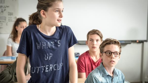 Mia (Marleen Quentin, links) ergreift als erste Partei für den Dieb der Englischarbeiten. | Rechte: NDR/Boris Laewen