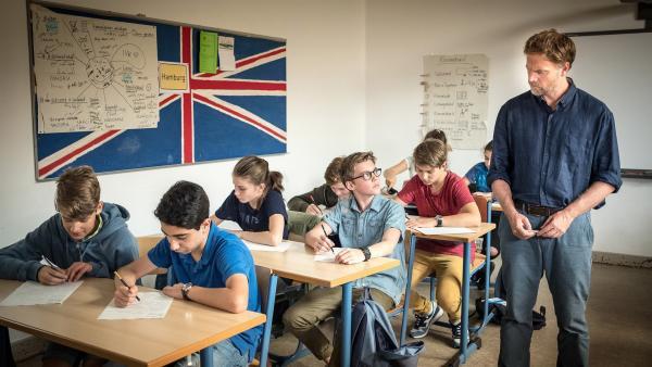 Benny (Ruben Storck, Mitte) hat große Probleme mit der Englischarbeit, die sein Lehrer Martin Schulze (Janek Rieke) ausgeteilt hat. | Rechte: NDR/Boris Laewen