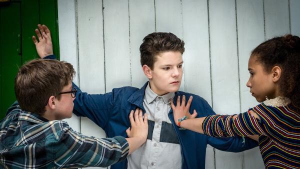 Benny (Ruben Storck, links) und Lisha (Emma Roth, rechts) knöpfen sich Thorsten (Julius Strömer) vor. | Rechte: NDR/Boris Laewen