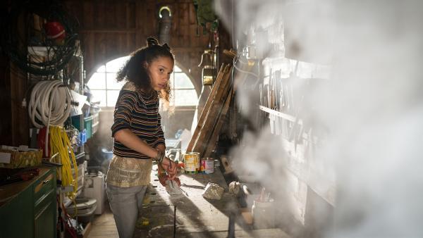Lisha (Emma Roth) ist noch in der Werkstatt des Kanuverleihs, als plötzlich ein Feuer ausbricht. | Rechte: NDR/Boris Laewen