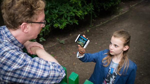 Auf der Suche nach dem Jungen auf ihrem Handyfoto wickelt Alice (Emilia Flint) den Angler Buttmann (Uke Bosse) mit einer kleinen Notlüge  um den Finger. | Rechte: NDR/Boris Laewen